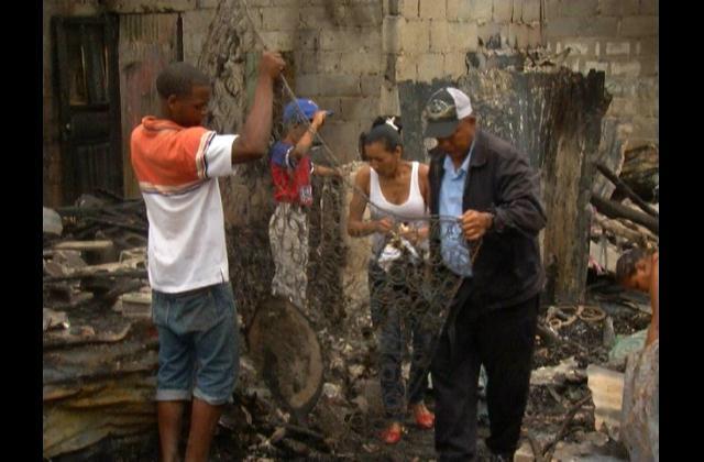 A la intemperie seis familias tras incendio provocado por cortocircuito