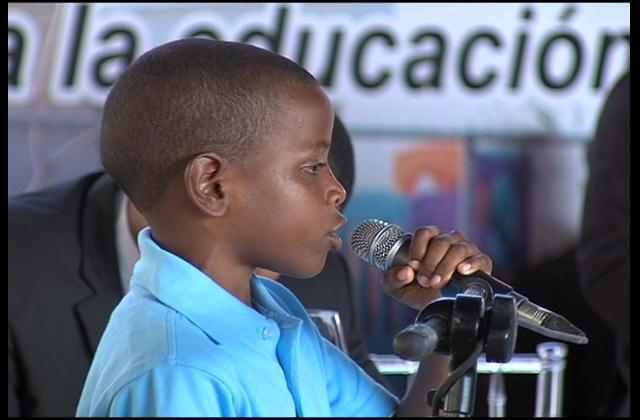 Niño de 10 años se roba el show al pedir obras al presidente Medina