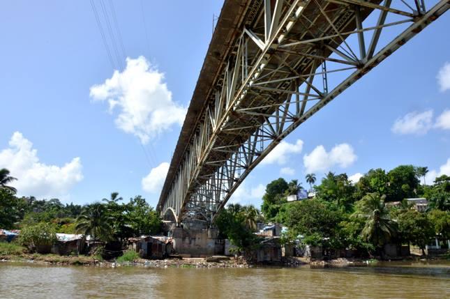 Asaltante muere tras lanzarse de puente al verse acorralado por multitud
