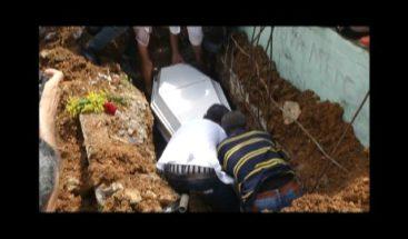Bajo supervisión policial sepultan restos de adolescente implicado en muerte de Amet