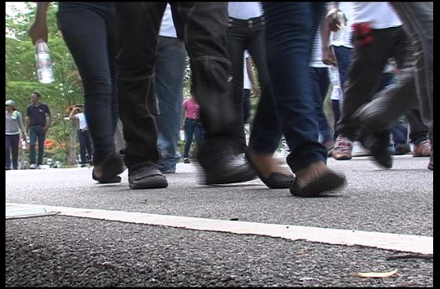 Miles marchan junto a la policía contra el uso de las drogas
