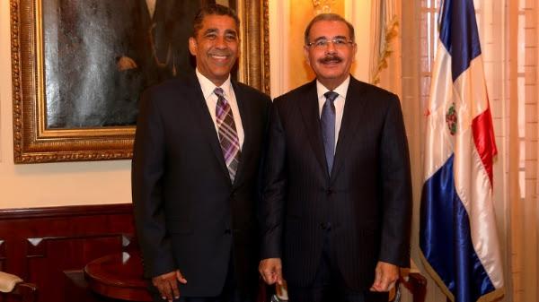 Adriano Espaillat felicita al presidente Danilo Medina por Ley 169-14