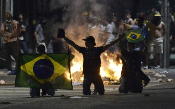 Policía dispersa primera protesta en día inaugural del Mundial en Sao Paulo