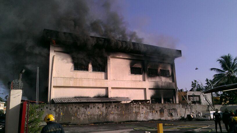 Incendio afecta ferretería en el mercado de Barahona