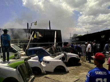 Fuego consume típico Rancho Merengue y agencias de vehículos en Santiago