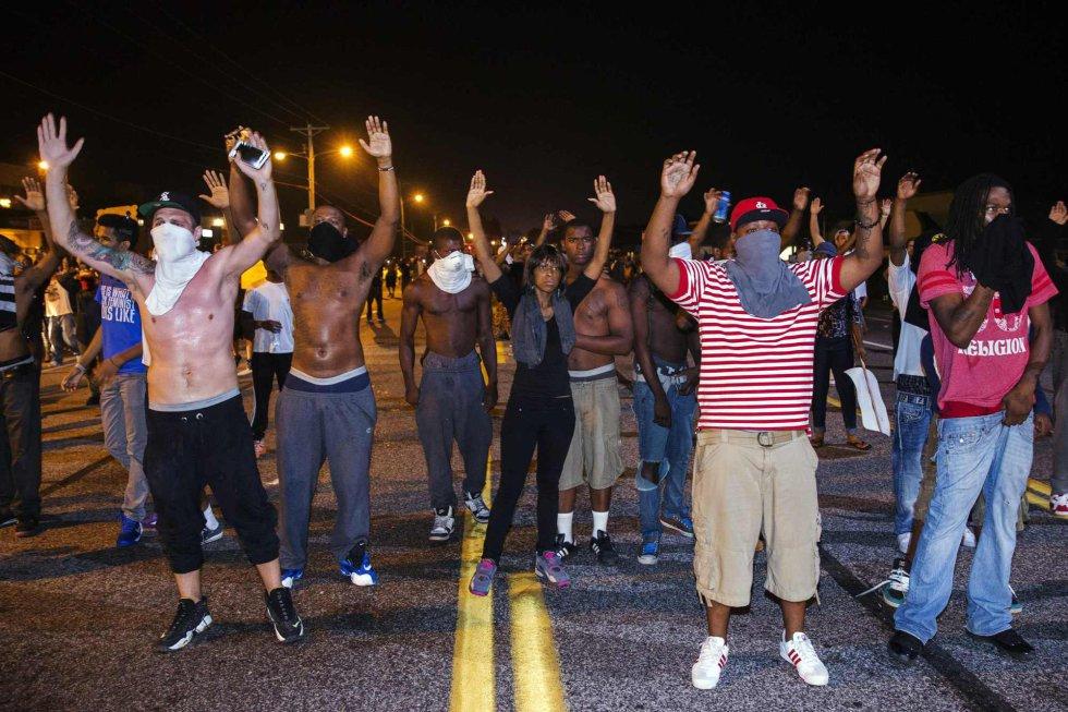 Gobernador dice que toque de queda en Ferguson podría durar días