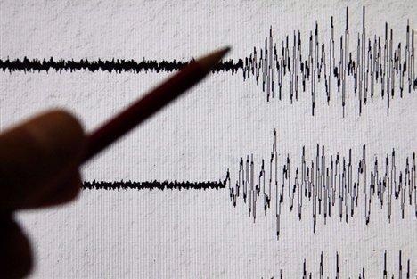 Al menos dos muertos por edeslizamiento de tierra tras sismo en Quito