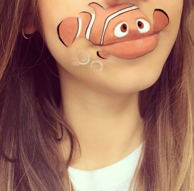 Con gran destreza joven pinta en sus labios personajes de Disney