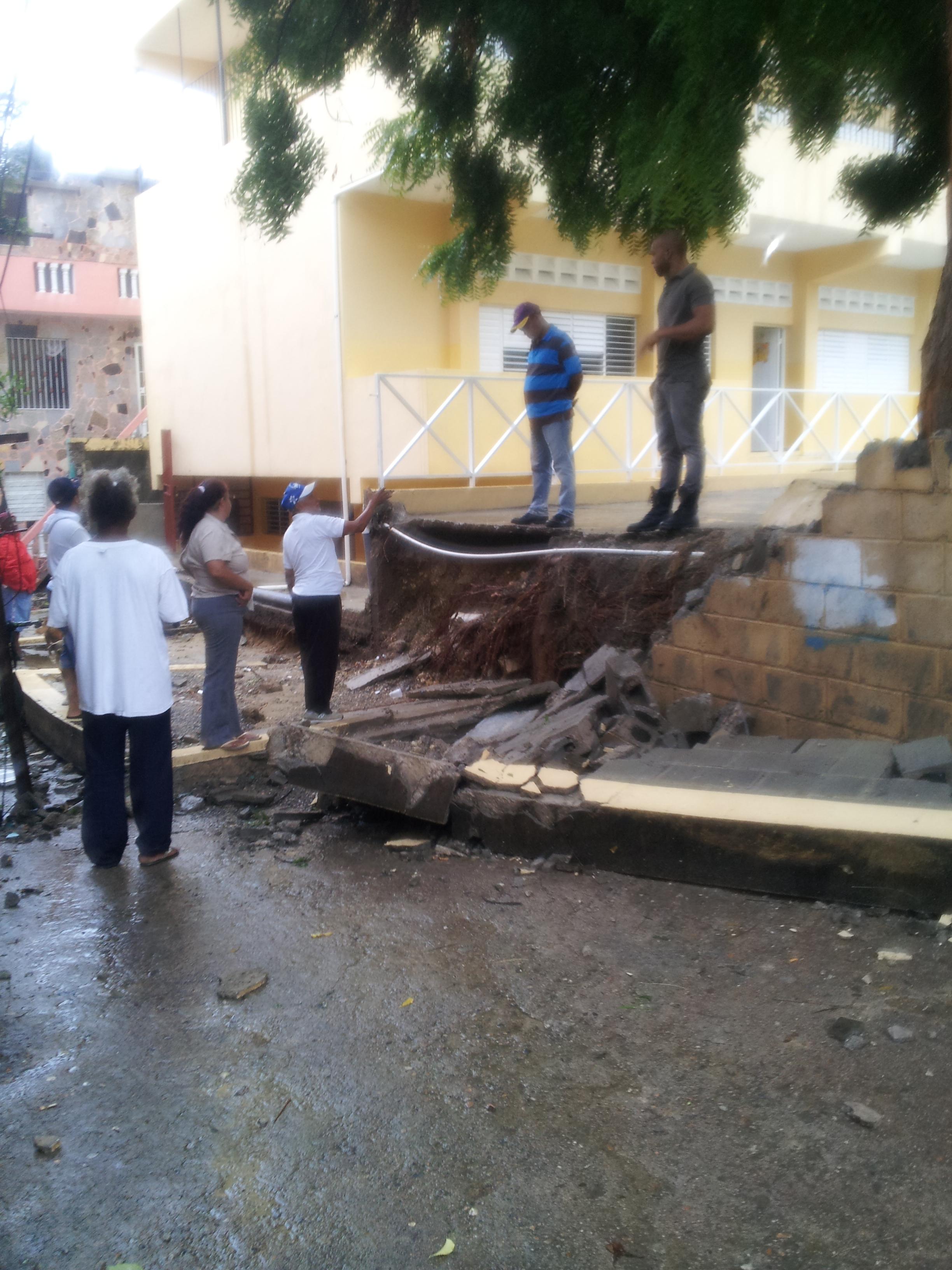 Cae pared de escuela básica en Haina