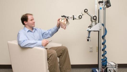 Crean robot para ayudar a personas de avanzada edad