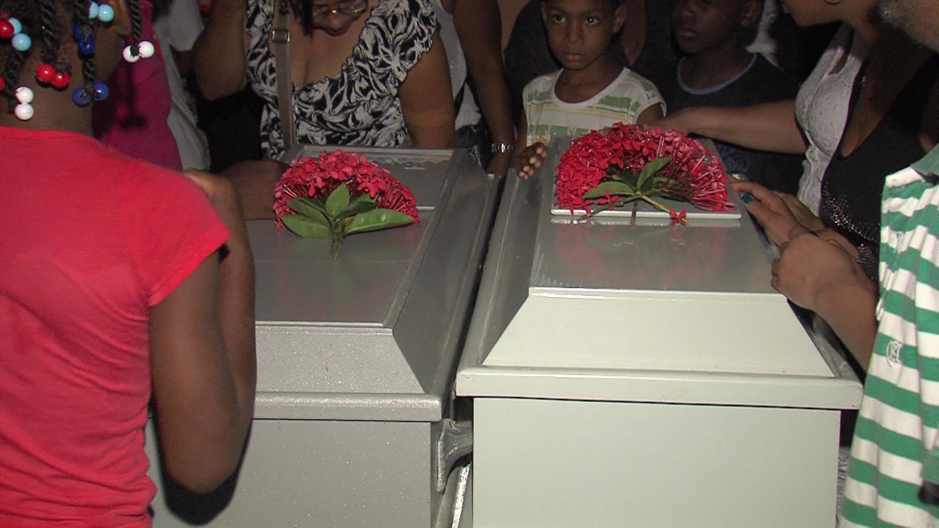 Velan restos de niños de dos y cinco años ahogados en cisterna