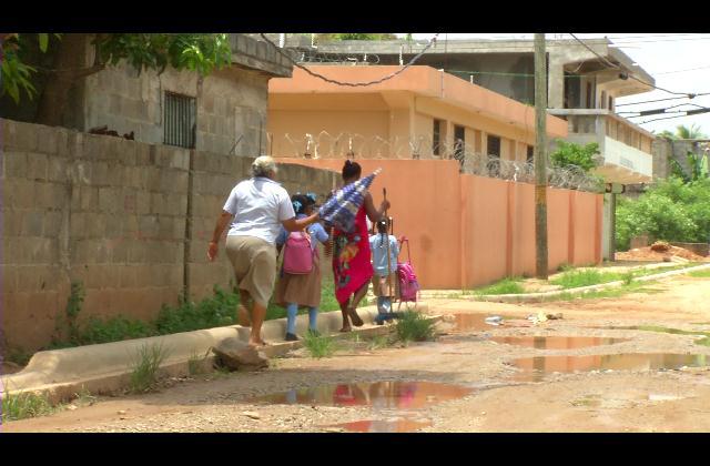 Sin servicios básicos ni un techo digno para iglesia moradores de El Almirante en SDE