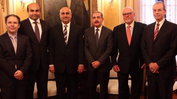 Danilo Medina recibe en su despacho delegación empresarios de Dubai