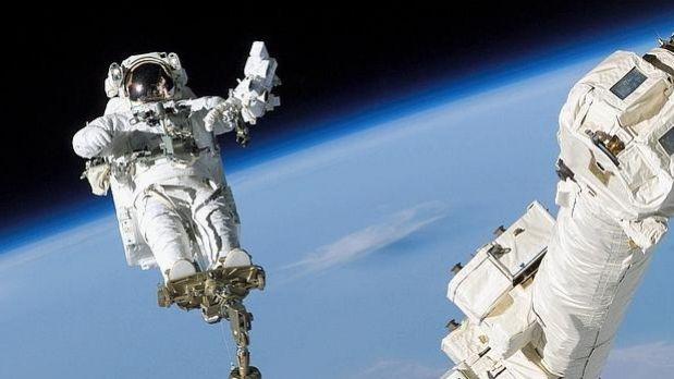 Cosmonautas rusos en la estación orbital empiezan caminata espacial