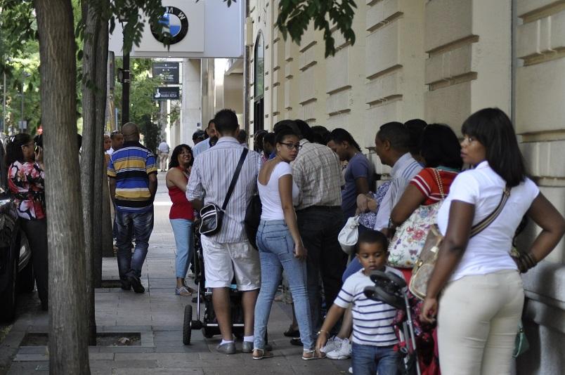 Dominicanos acuden a renovar su cédula en Madrid, España