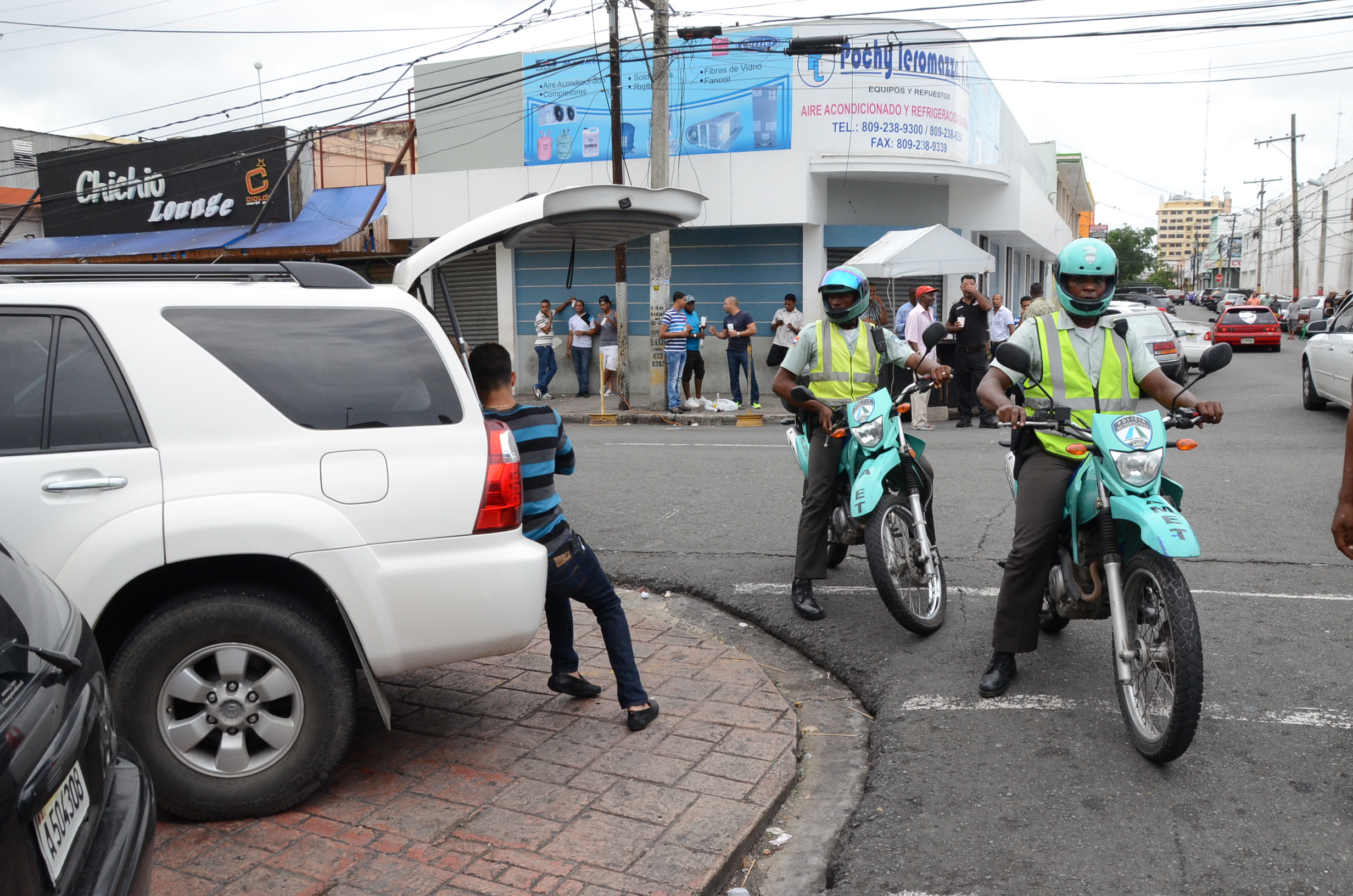 AMET visita zonas donde operan drink y colmadones en Villa Juana