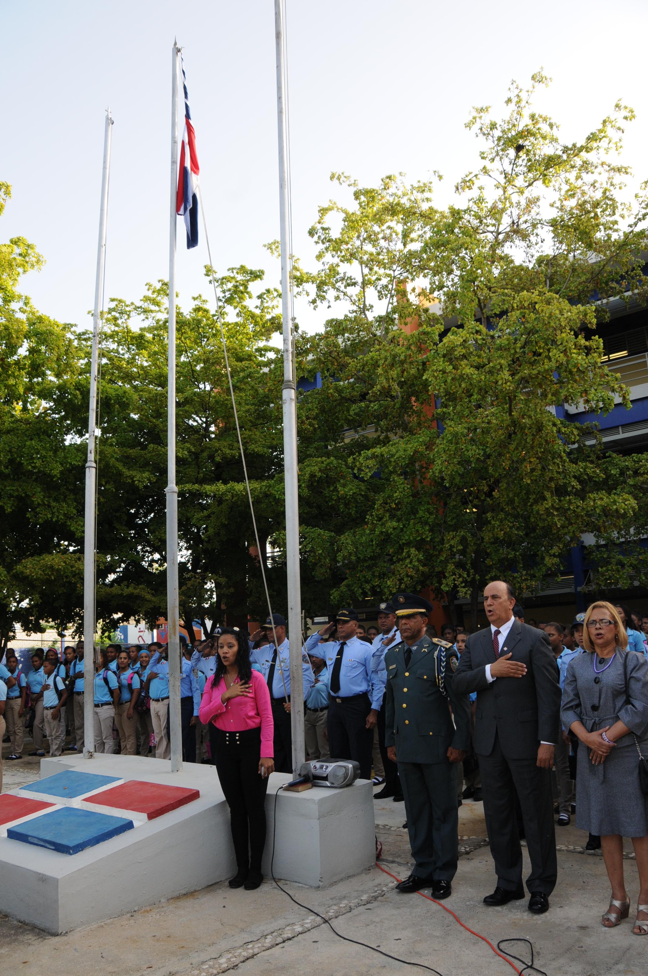 Realizan acto de izamiento en centro educativo República de Colombia