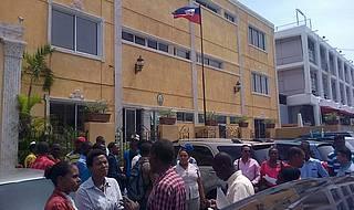 Migrantes haitianos protestan frente a Embajada de Haití en reclamo de documentos