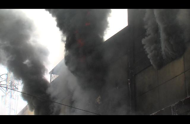 Intentan sofocar incendio en importadora de Villa consuelo