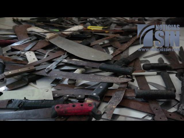 Policía felicita jornada de intercambio de armas blancas por cuadernos
