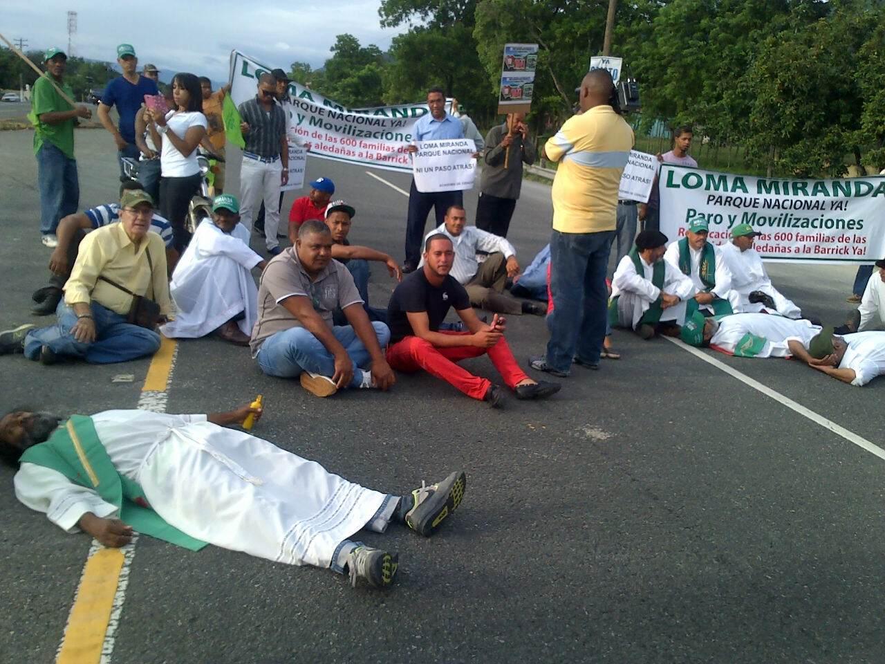Sacerdotes tendidos paralizando el transaporte en Autopista Duarte
