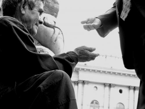 Supermercados prohíben dar limosnas a mendigos en Italia