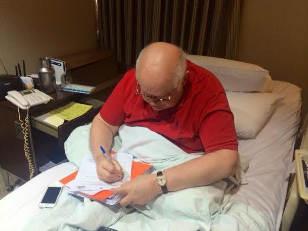 Luis Álvarez Renta firma documento deriva de la SCJ y le otorga su libertad