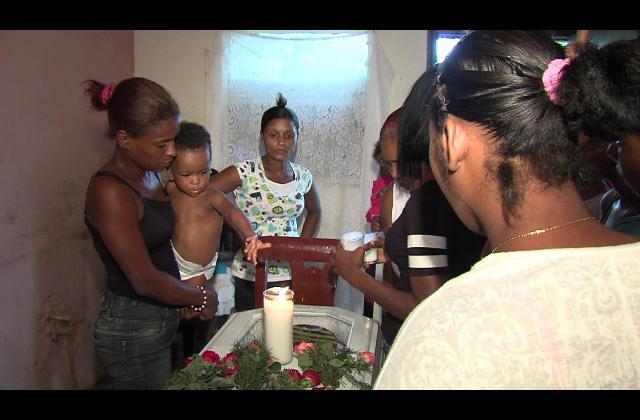Parientes de hombre muerto a tiros acusan a dos policías del crimen
