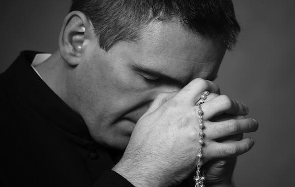 Suspenden a sacerdote por