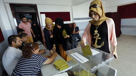 Cierran los colegios electorales en Turquía en jornada con baja participación