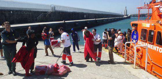 Da a luz en Algeciras una de las inmigrantes embarazadas que cruzó el Estrecho el lunes