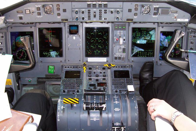 Piloto pierde el control de su avión al desprendérsele el brazo ortopédico