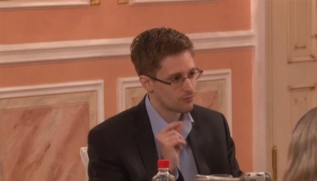 Snowden, abrazando bandera de EEUU, se dice dispuesto a entrar en prisión