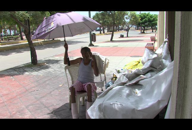 Mujer de 57 años vive en banco en la avenida Abraham Lincoln