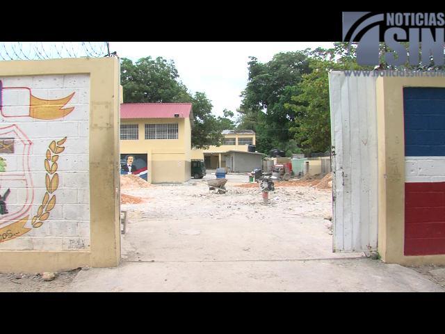 Entre varillas y arena iniciaría el año escolar para los niños de una escuela en Haina