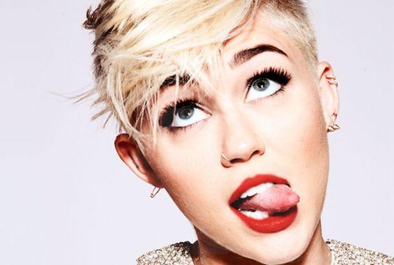 Miley Cyrus se comporta sorprendentemente bien en desfile Jeremy Scott