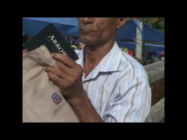 Sorprenden hombre vendiendo pantalones escolares del Ministerio de Educación