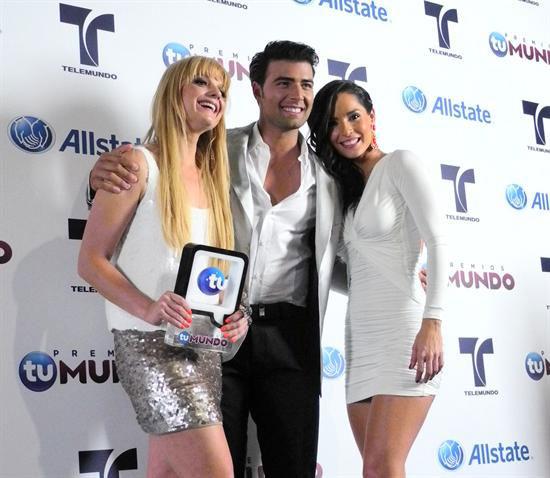 El brillo y colores neón resplandecen en alfombra azul de Premios Tu Mundo