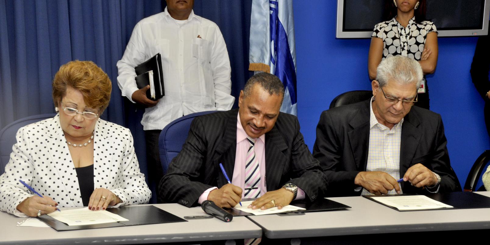 INDRHI, Ministerio de la Mujer y Consejo Regantes firman convenio de colaboración