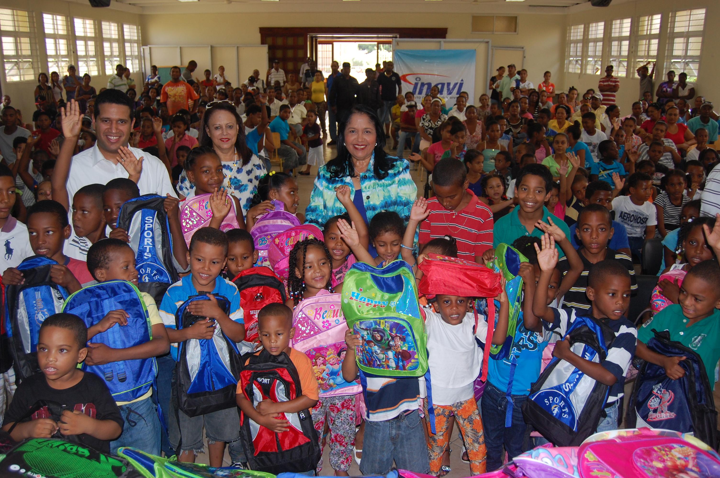INAVI continúa entrega de útiles escolares