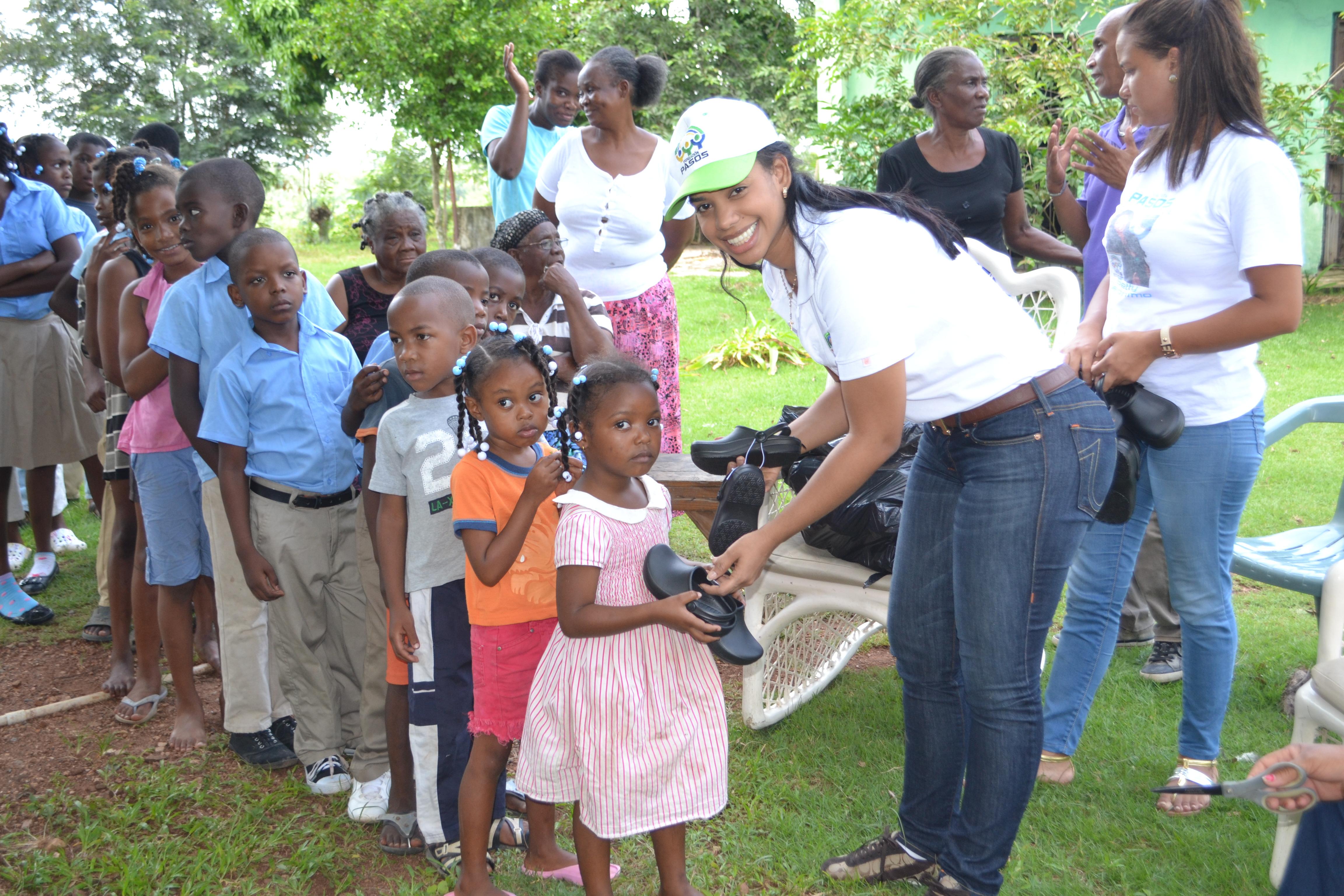 La Fundación PASOS dona cientos de zapatos a niños de escasos recursos