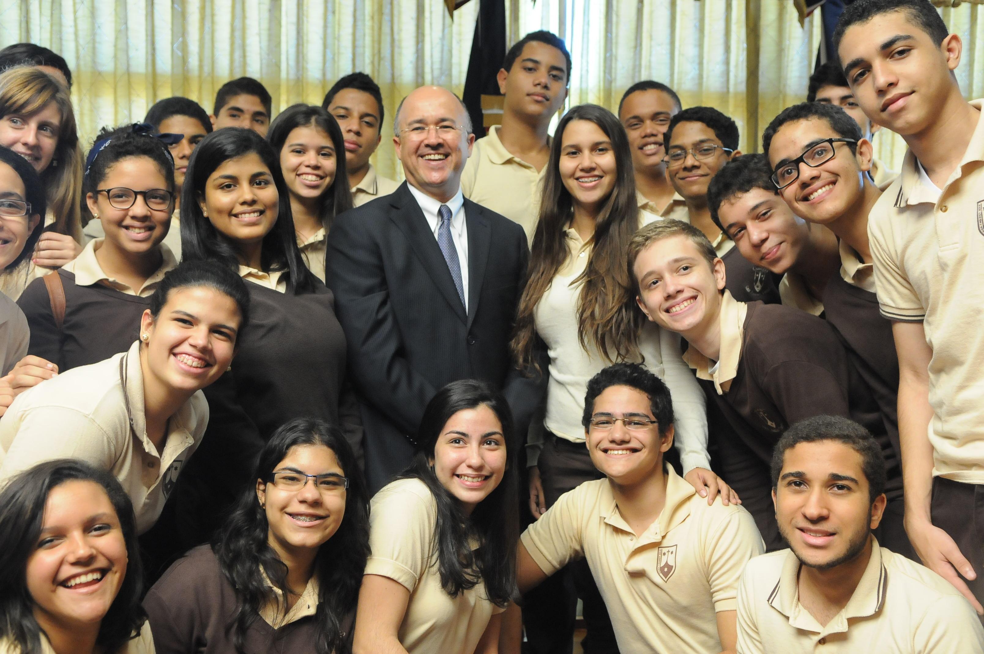 Domínguez Brito recibe participantes visitaron exposición fotográfica