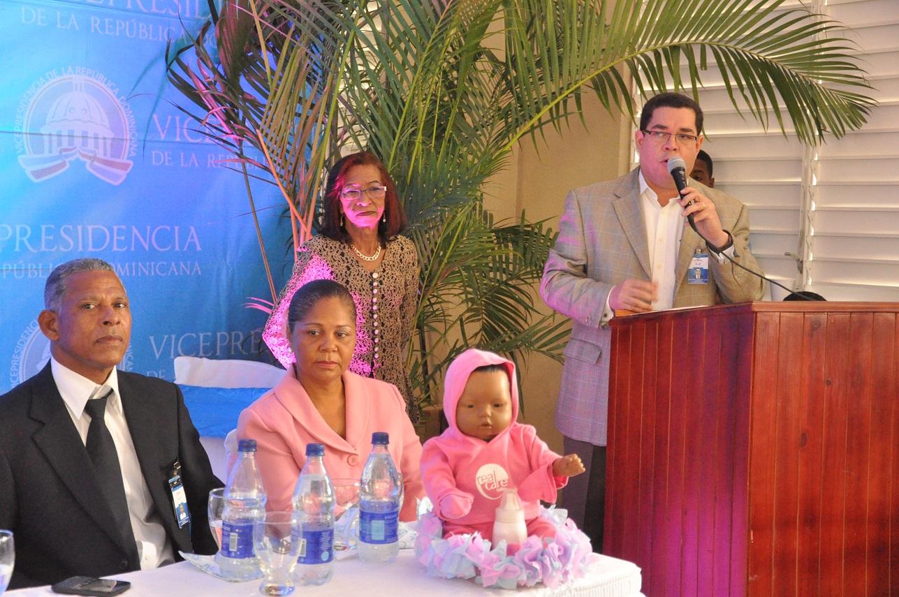 Orientan a 800 jóvenes de Neiba con proyecto Bebé, Piénsalo Bien