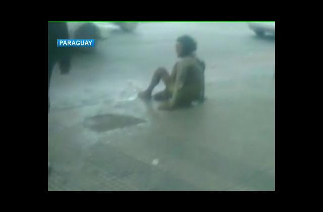 Indignación en Paraguay tras policía agredir a un indigente