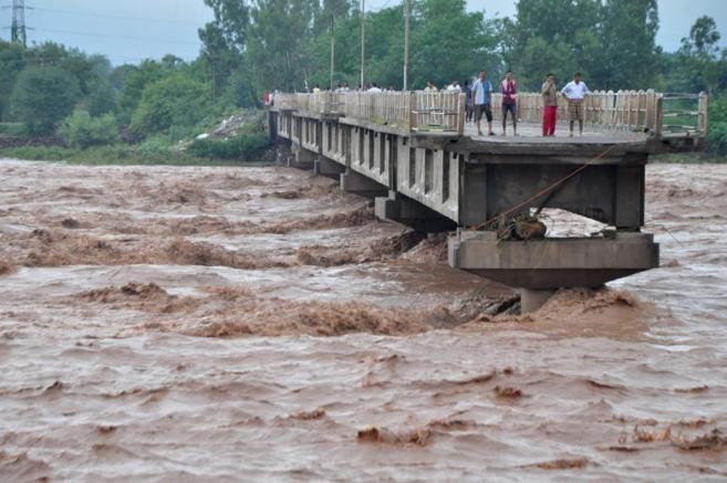 Al menos 162 muertos y cinco mil evacuados por inundaciones en Pakistán