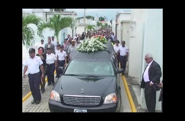 Sepultan restos de exprimera dama Renée Klang viuda Guzmán