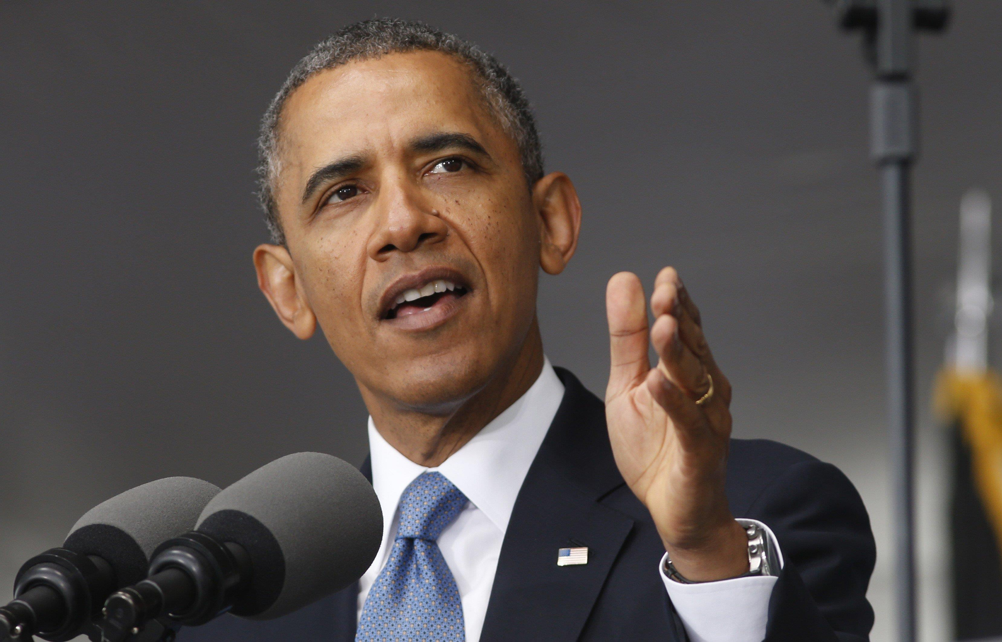 Obama defiende medidas migratorias entre gritos en español de