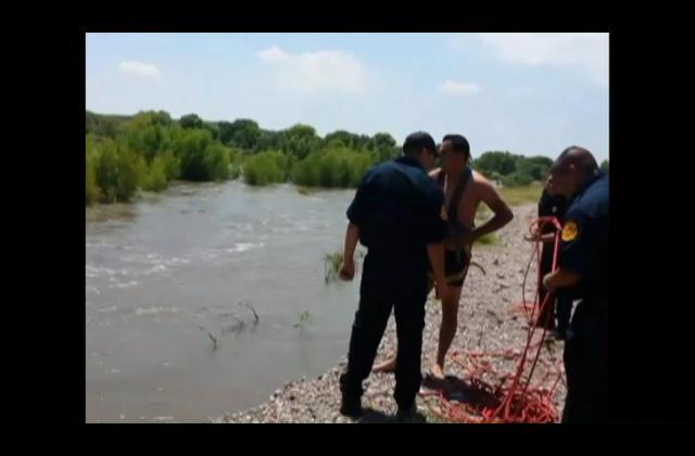 ¡Rescate de película! Salvan dos hombres de ser arrastrados por río