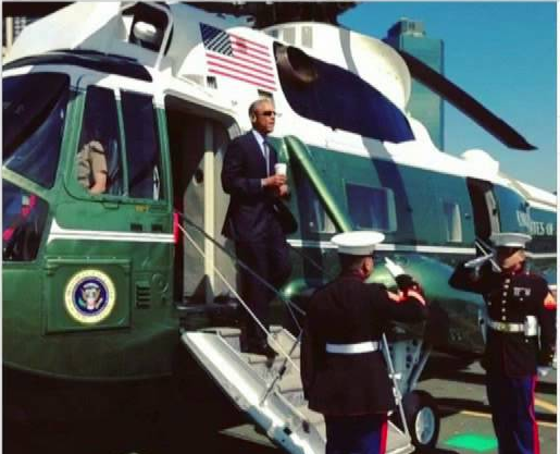 Polémica por saludo de Obama a dos marines con un café en mano