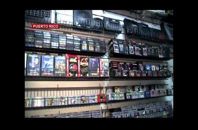 Mercado de verduras rodeado de recuerdos por tienda de videojuesgos en Puerto Rico